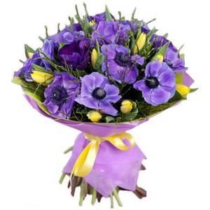 Букет из анимон синих и тюльпанов желтых,оформление-бумага