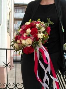 Букет из одиночной розы белой и красной и зелени