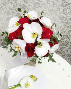 Букет из розы кустовой,розы тюльпановидной и зелени