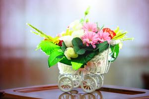 Композиция из цветов в коляске