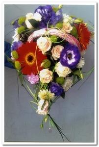 Композиция из цветов в корзинке эустома, гербера роза
