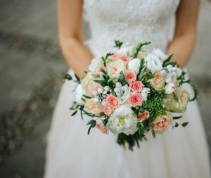 Букет из розы одиночной нежно розовой, эустомы, розы тюльпановидной и зелени