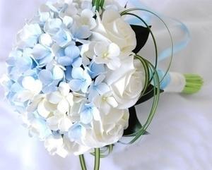 Букет на порт-ручке из голубой гартензии и белых роз
