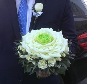Композиция на порт-ручке из лепестков роз