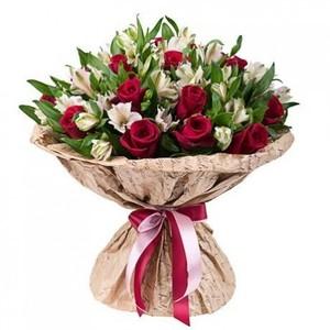 Букет с альстромерией и красными розами