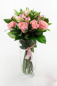 Букет с альстромериями и розовыми розами