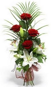 Букет с  белыми лилиями и красными розами