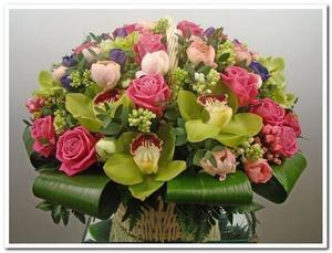 Композиция в корзинке розы орхидея