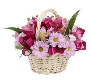 Маленькая корзинка с хризантемой и лилией