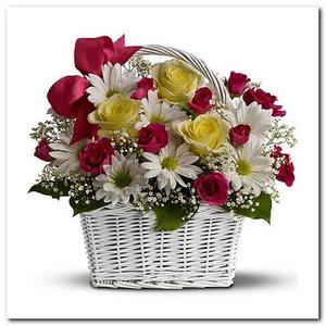 Композиция в корзинке роза хризантема