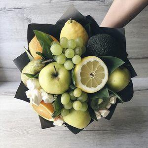 Мужской букет с фруктами в упаковке
