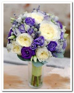 Букет из эустомы фиолетовой, тюльпановидной розы и зелени