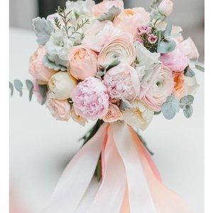 Букет из тюльпановидной розы,розы одиночной и зелени