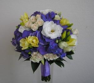 Букет из синей гартензии, белой эустомы, персиковой кустовой розы и зелени