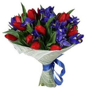 Букет из ирисов и красных тюльпанов,оформление бумага