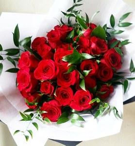 букет из 25 роз с зеленью