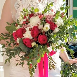 Букет из розы пионовидной белой, розы пионовидной красной, гвоздики и зелени