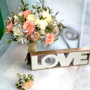 Букет из розы одиночной белой, персиковой, нежно розовой и зелени