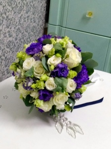 Букет из розы кустовой белой,розы одиночной белой,фиолетовой эустомы и зелени