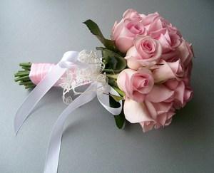 Букет из розовых роз,оформление-шелковая ленточка