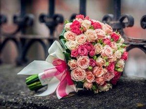 Букет из розовой кустовой розы и персиковой кустовой розы