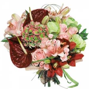 букет из одиночной розовой розы,розовой одиночной розы ,альстромерии и красного антуриума и зелени