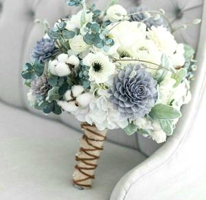 Букет из георгин голубых, розы кустовой белой,хлопка,анимонии и зелени