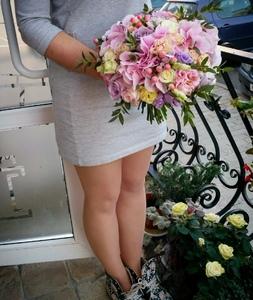 Букет из одиночной розы-желтой,розовой,белой,гвоздики, эустомы и зелени