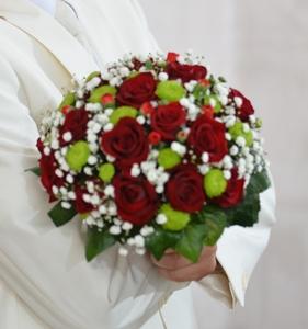 Букет из красной розы,хризантемы и зелени