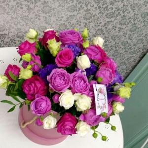 композиция в коробке из роз пионовидных фиолетовых,роз одиночных и кустовых,эустомы и зелени