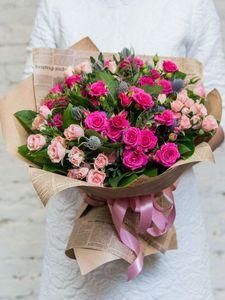 Букет из розы кустовой розовой, розы кустовой нежно розовой+зелень, оформление крафт