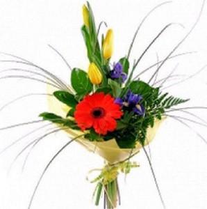Букет из герберы оранжевой,ириса синего и желтых тюльпанов зелень