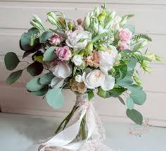 Букет из розы одиночной и пионовидной розы, эустомы и зелени