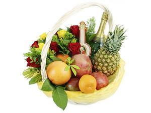 композиция из роз красных и роз желтых + зелень+фрукты+шампанское