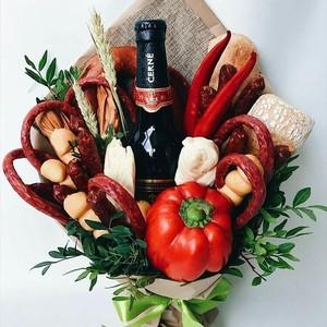 композиция из зелени,овощей и мясных изделий