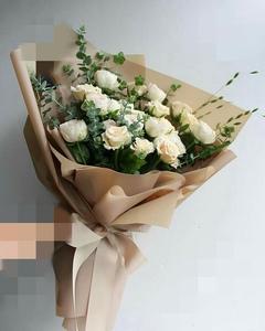 букет из кустовых роз и эвкалипта